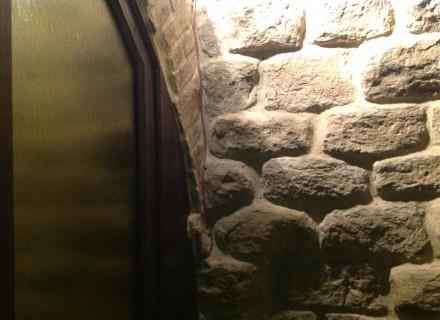 Cavo in fibra minerale installato a vista su parete in pietra