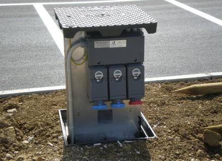 Torretta elettrificata con prese CEE a scomparsa - Soluzione studiata e realizzata appositamente per il Parcheggio intermodale di Pian di Massiano (PG) a servizio della Fiera dei Morti